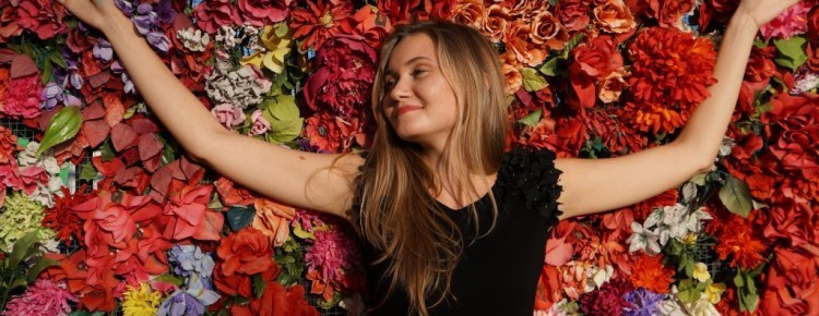 Une femme est allongée sur un tapis de fleurs