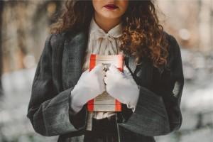 Une femme serre un livre contre elle