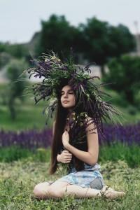 Fille courronnée de fleurs