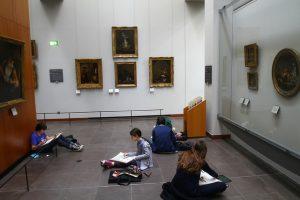 Enfants qui dessinent dans un musée