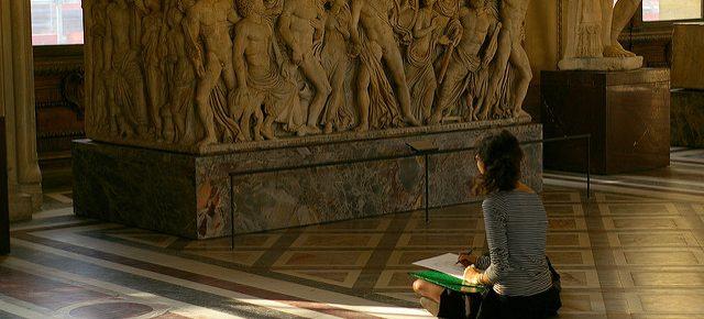 Femme qui dessine au Louvre