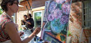 Une main peint un tableau